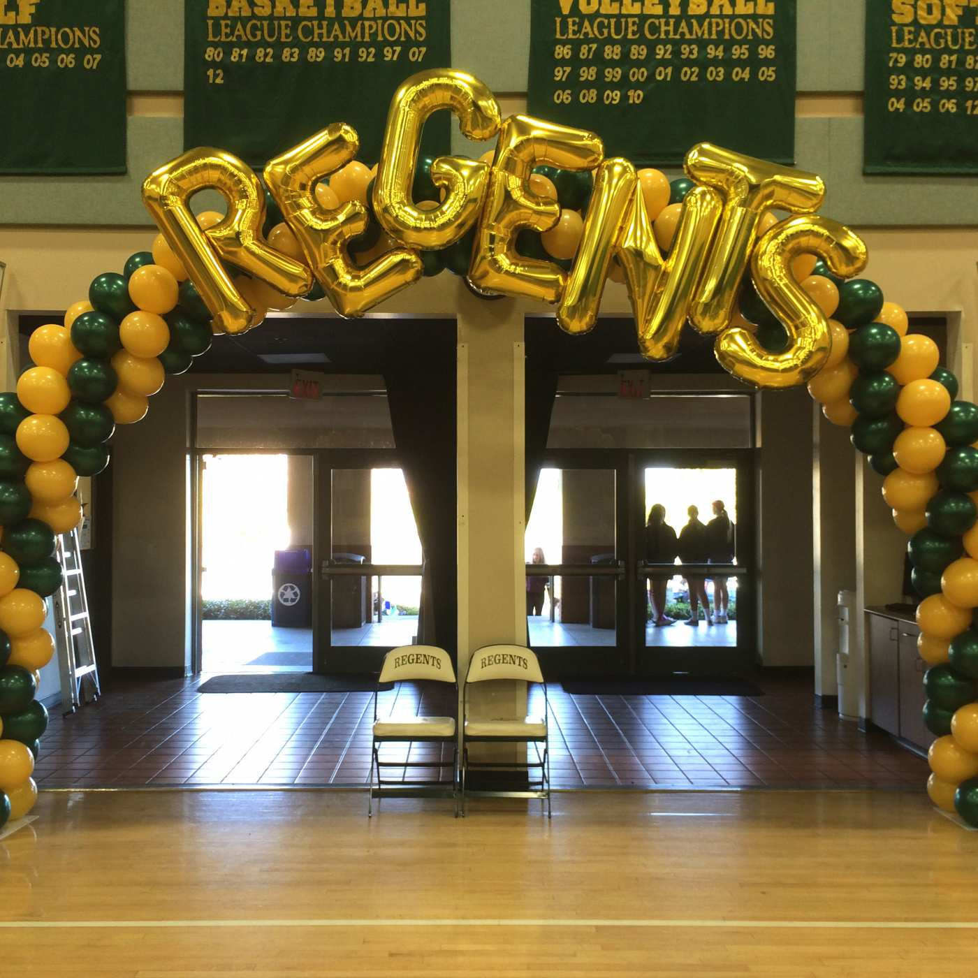 La Reina High School balloon arch